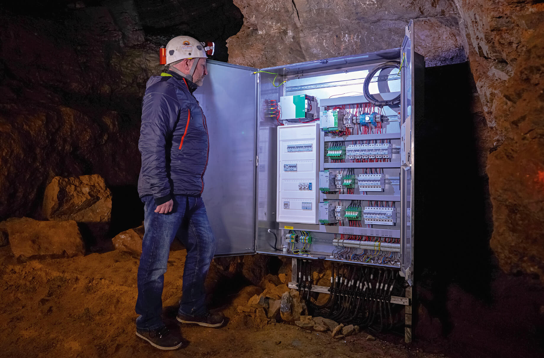 To ensure everything works smoothly, Cave Lighting uses high-quality products from Phoenix Contact for the power supply, overvoltage protection, terminal blocks, connectors and control technology.