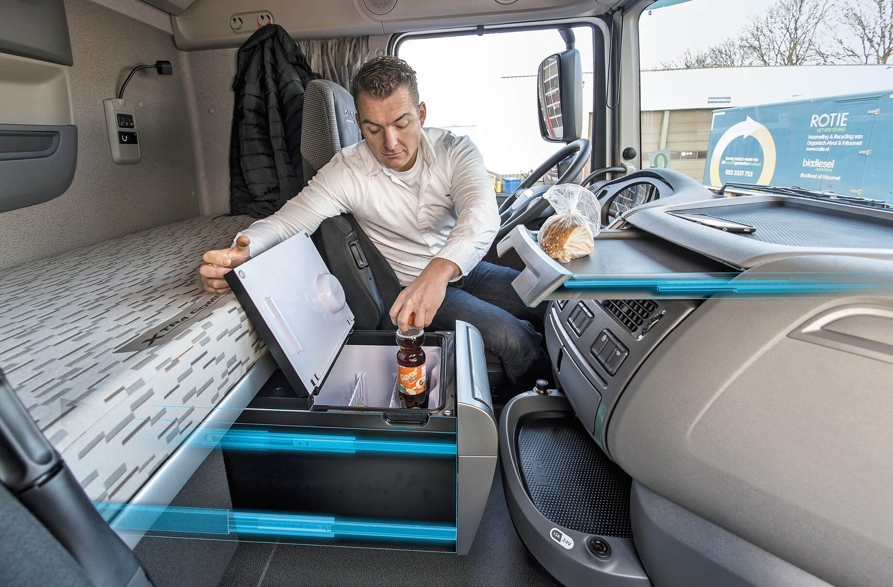 Trucks – Incorporated into the centre console, the rails provide additional storage surfaces and better access to the refrigerator for added convenience.