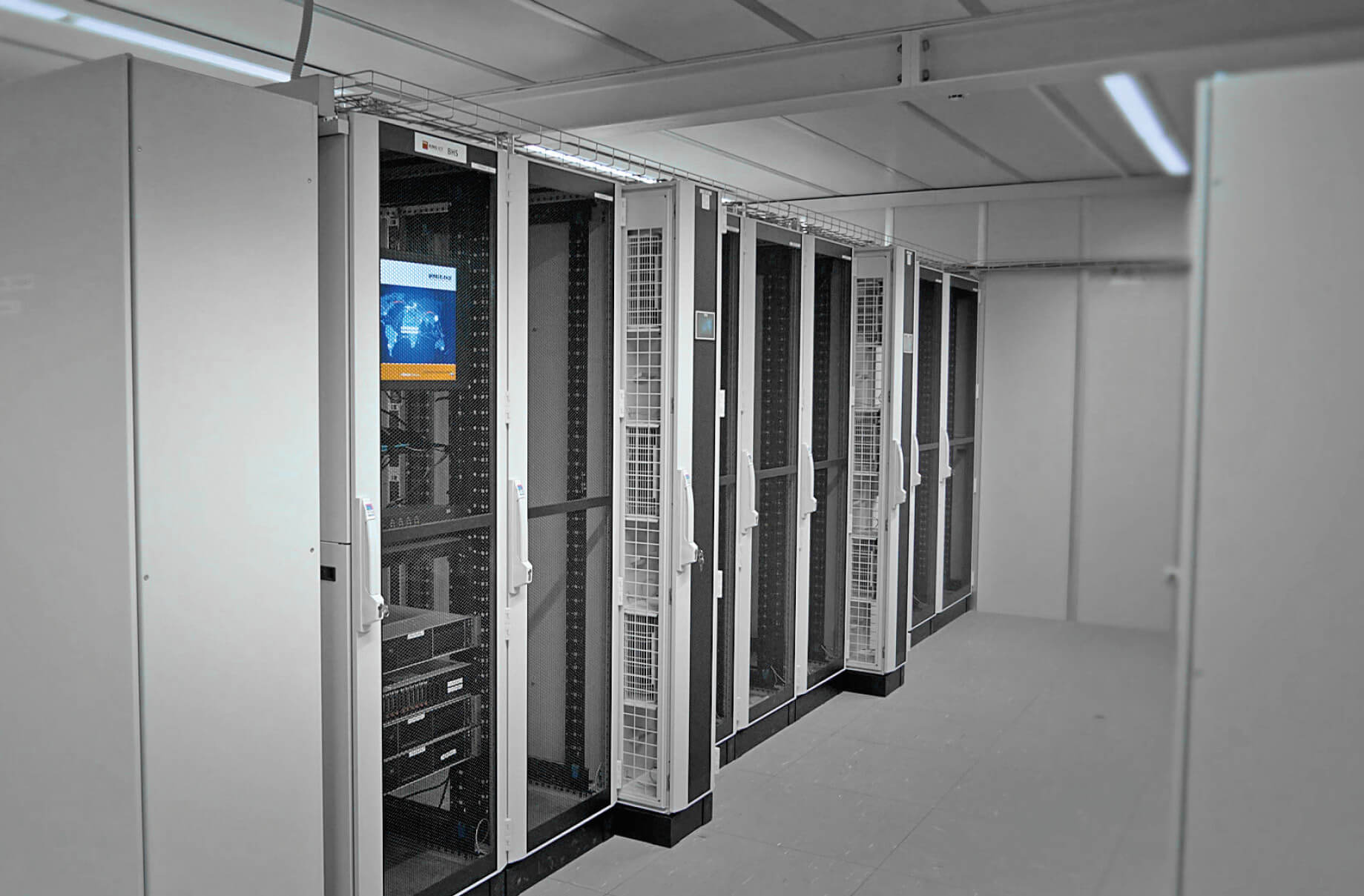 Efficient cooling – Hot aisle containment combined with water-based Liquid ­Cooling Package (LCP CW) from Rittal ensure an energy- saving cooling of the IT system. The cooling systems are installed in a redundant was to improve the fail-safeness of the entire system.