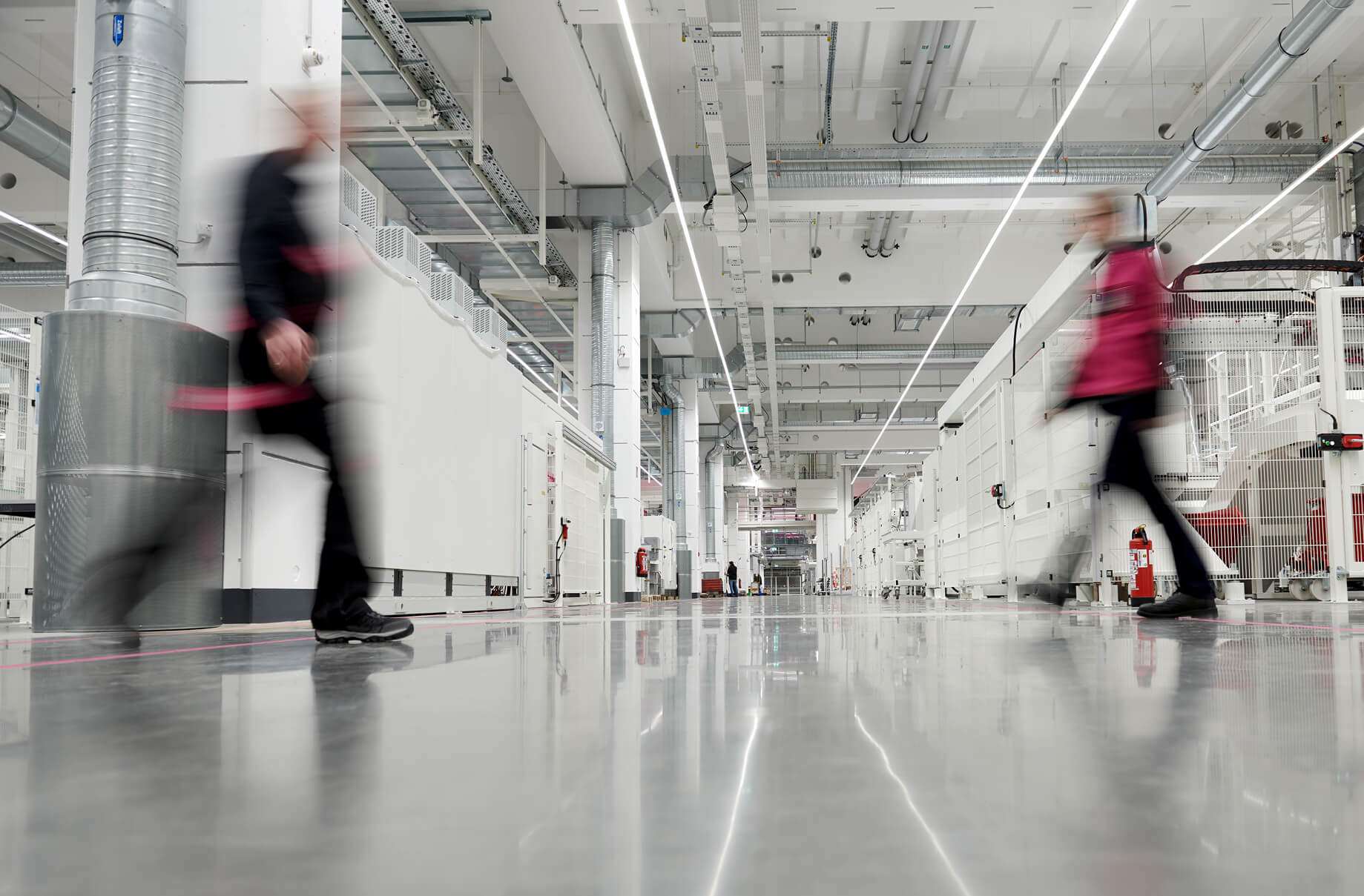 Both staff and automated guided vehicles (AGVs) use the broad aisles of the plant to move between the various production hubs. There is still a separate area for pedestrians, too. The plant stretches over two floors, with approximately 24,000 square metres of production space plus a staff area of around 1,000 square metres.