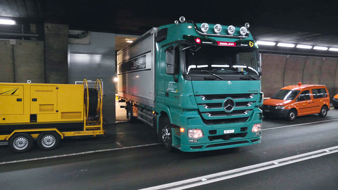 Deliveries to the catacombs of the Gotthard Road Tunnel involved precision work. Lorries were able to deliver the VX25 enclosures and cables to precisely where they would be used.